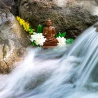 Buddha-Statue an einem Bach